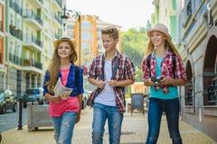小组儿童旅行在欧洲 旅游业和假期概念 免版税库存图片