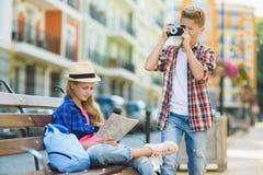 小组儿童旅行在欧洲 旅游业和假期概念 免版税库存照片