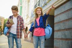 小组儿童旅行在欧洲 旅游业和假期概念 图库摄影