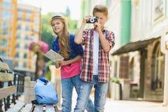 小组儿童旅行在欧洲 旅游业和假期概念 库存照片