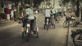 小组出租机动三轮车司机驾驶在重音的,会安市古镇越南 库存照片