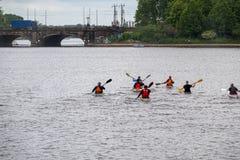 小组划独木舟的人为在水的一次旅行发生 图库摄影