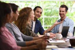 小组创造性的事务的企业人谈论工作在办公室 免版税图库摄影