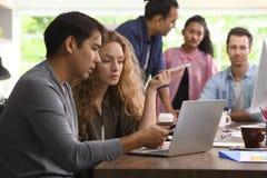 小组创造性的事务的企业人谈论工作在办公室 免版税库存照片