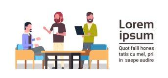小组创造性的人民一起与计算机一起使用在企业Coworking空间概念混合种族工作者队 皇族释放例证