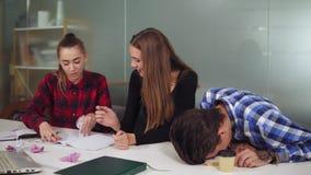 小组创造性的疲乏的工作者在会议室开始工作环境召开项目会议 他们是 影视素材