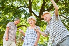 小组前辈获得演奏bocce的乐趣 免版税库存照片