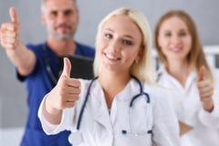 小组医生展示OK或证实与赞许的标志 库存图片