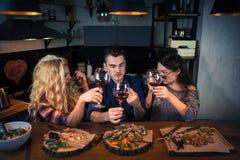 小组可爱的人民一起吃晚餐 免版税库存图片