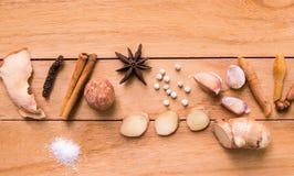 小组咖喱菜单的香料在木烹调委员会在厨房里在家 免版税库存图片