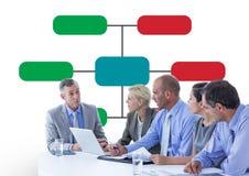小组商人在与五颜六色的图后面的会议上 库存照片