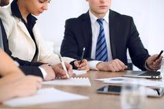 小组商人或律师在会议上,手特写镜头 库存照片