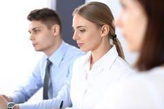 小组商人或律师谈论交易的期限在办公室 会议和配合概念 免版税图库摄影