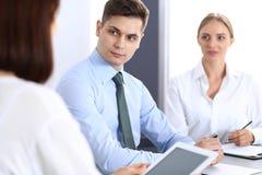 小组商人或律师谈论交易的期限在办公室 会议和配合概念 免版税库存照片