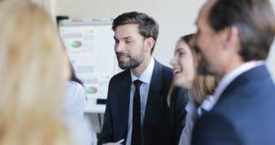 小组商人谈论项目新的计划在会议会议期间在证券交易经纪人行情室,买卖人队 影视素材
