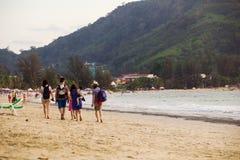 小组回到他们的旅馆的游人在晒日光浴以后 库存照片