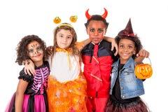 小组在万圣夜服装的孩子 免版税库存照片