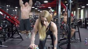 小组在健身房的年轻体育人训练 影视素材