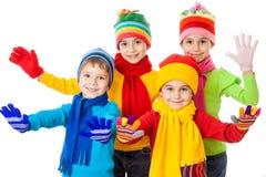 小组在冬天衣裳的微笑的孩子 免版税库存照片