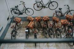 小组在房子停放了自行车 免版税库存图片