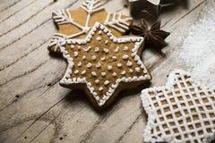 小组在木的鲜美装饰的圣诞节星状曲奇饼 库存图片