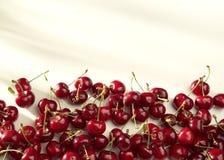 小组在白色背景的樱桃在晴朗的光 免版税库存照片