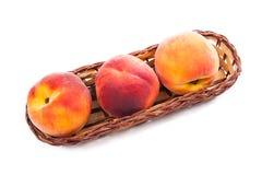 小组在篮子的成熟桃子果子在白色背景 免版税库存照片