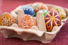 小组在纸板鸡蛋箱子的被绘的复活节彩蛋,复活节彩蛋狩猎庆祝,在纸箱的五颜六色的静物画 库存图片