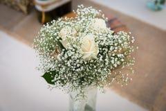 小组在花束的白玫瑰,婚姻的装饰 库存照片