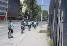 小组在路旁的自行车 免版税库存照片