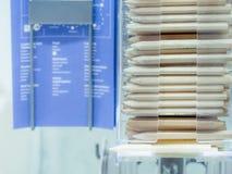 小组在透明塑料盒的铅笔支持的和容易 免版税图库摄影