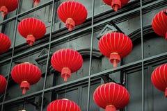 小组在铁立场背景的中国灯笼  库存图片