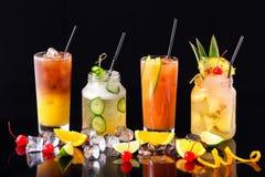 小组在隔绝的新鲜的夏天鸡尾酒 免版税库存照片