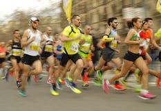 小组在巴塞罗那街道的赛跑者 免版税图库摄影