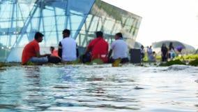 小组在ArtScience博物馆附近的被弄脏的人小游艇船坞海湾沙子的 影视素材