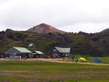 小组在landmannalaugar露营地山c前面的远足者 图库摄影