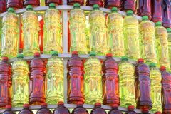 小组塑料瓶红色和绿色在被隔绝的金字塔排队了 免版税库存图片