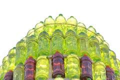 小组塑料瓶红色和绿色在被隔绝的金字塔排队了 免版税库存照片