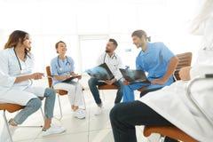 小组外科医生和医疗专业人员谈论在耐心造影 免版税库存图片