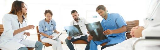 小组外科医生和医疗专业人员谈论在耐心造影 免版税库存照片