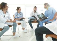 小组外科医生和医疗专业人员谈论在耐心造影 免版税图库摄影