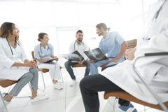 小组外科医生和医疗专业人员谈论在耐心造影 库存图片
