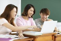 小组大学生谈论在教室 免版税图库摄影