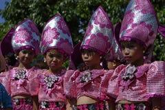 小组女孩五颜六色的椰子服装的街道舞蹈家执行舞蹈 免版税库存照片