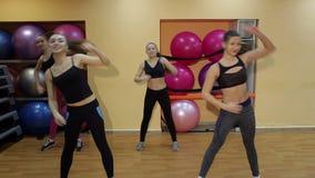小组女孩参与在健身房的健身 股票录像