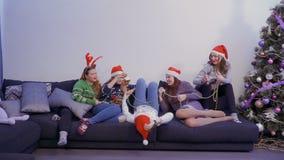 小组女孩在家获得乐趣 股票视频
