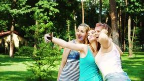 小组女性朋友在庆祝侯丽节节日以后做selfie外面 影视素材