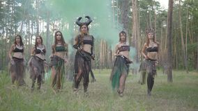 小组妇女舞蹈家有构成的和跳舞在颜色烟的神秘的美妙的服装的 森林神仙,树精 股票视频