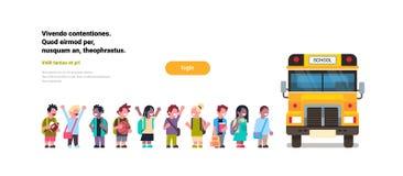 小组学生孩子在白色水平背景平的拷贝的空间的黄色校车运输概念进来 皇族释放例证