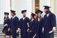 小组学生毕业生去反对大学学院 免版税库存图片